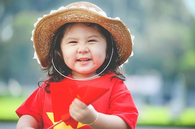 Mẫu nhí 2 tuổi diện áo cờ đỏ sao vàng tham quan dinh Độc Lập - 7