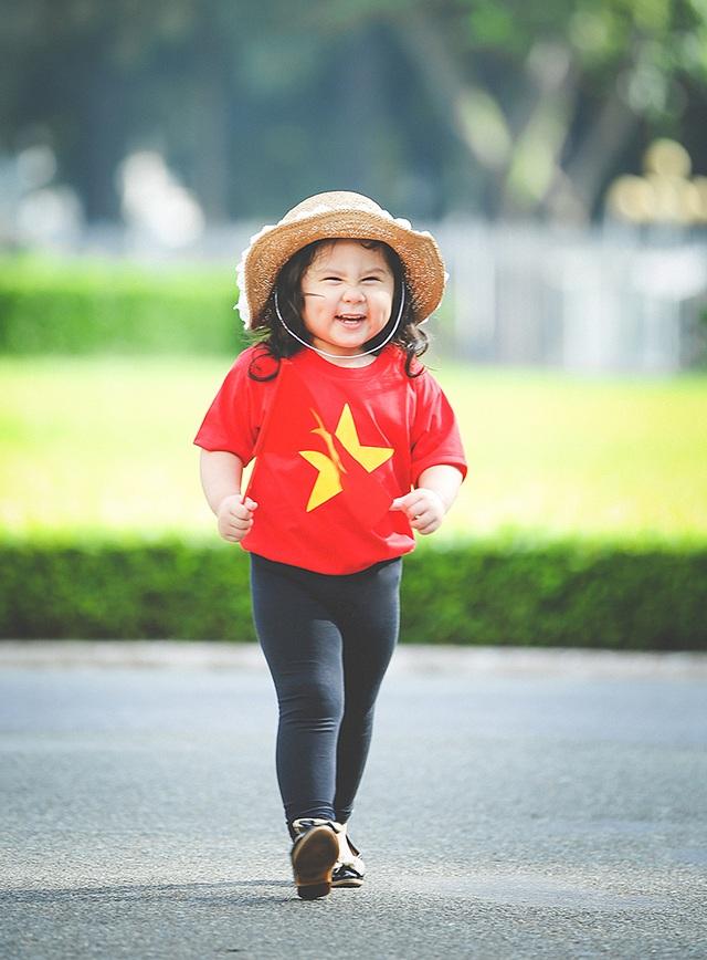 Mẫu nhí 2 tuổi diện áo cờ đỏ sao vàng tham quan dinh Độc Lập - 8