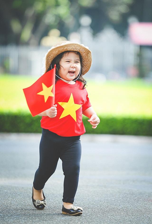 Mẫu nhí 2 tuổi diện áo cờ đỏ sao vàng tham quan dinh Độc Lập - 9