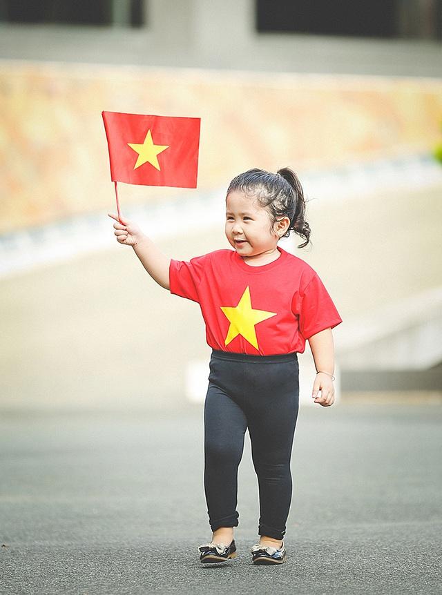 Mẫu nhí 2 tuổi diện áo cờ đỏ sao vàng tham quan dinh Độc Lập - 10