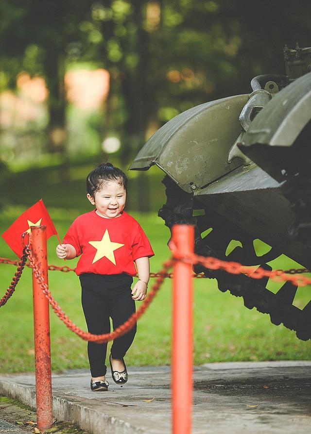 Mẫu nhí 2 tuổi diện áo cờ đỏ sao vàng tham quan dinh Độc Lập - 11