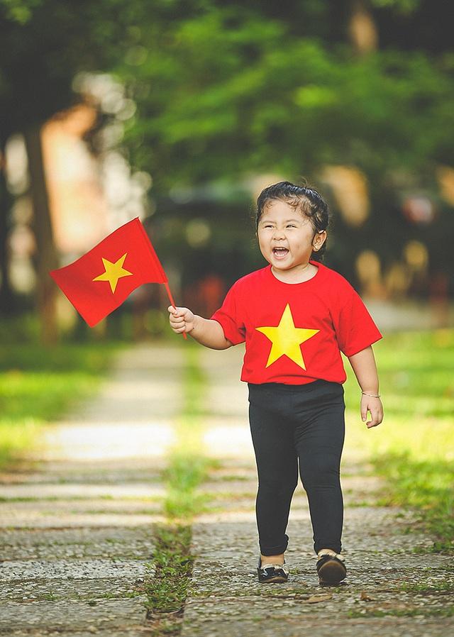 Mẫu nhí 2 tuổi diện áo cờ đỏ sao vàng tham quan dinh Độc Lập - 12