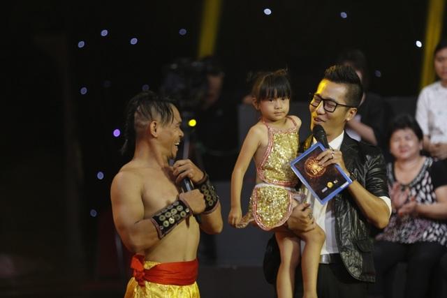 Thí sinh Lê Minh Hải (bên trái) luôn đưa con gái nhỏ đi cùng trong các vòng thi.