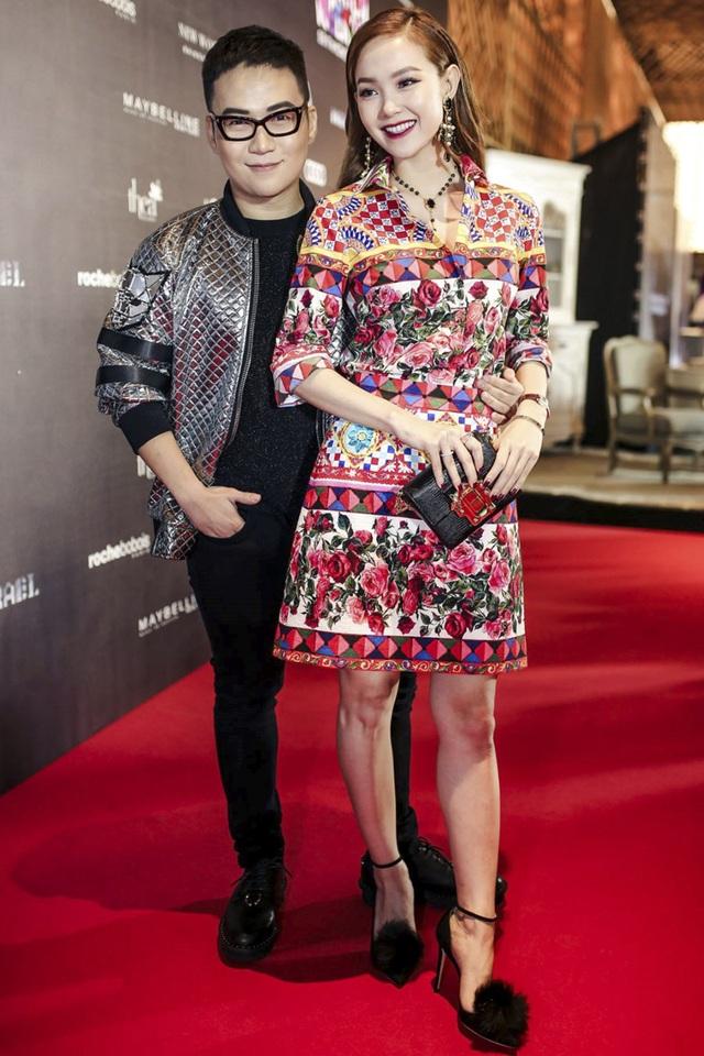 """Trên thảm đỏ Vietnam International Fashion Week, Minh Hằng gây ấn tượng mạnh với bộ cánh hàng hiệu cực kì sang trọng. Phần cổ sơ mi kín đáo, kiểu dáng thanh lịch và dàn phụ kiện hài hòa, chừng mực là những điểm cộng lớn cho """"bé Heo"""" trên thảm đỏ tuần này."""