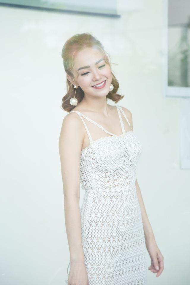 Chọn trang phục đầm suông trắng muốt, Minh Hằng tựa như một nàng công chúa mỏng manh khi vừa xuất hiện.