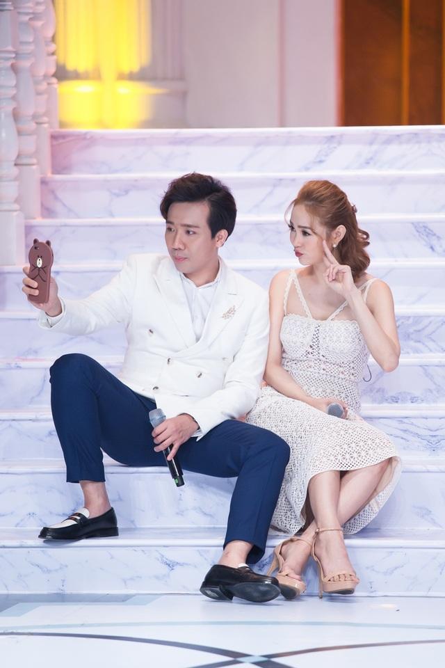 Minh Hằng cho biết, cô và MC Trấn Thành là hai người bạn khá thân thiết ở ngoài đời vì thường xuyên bay show chung, quay quảng cáo cùng.