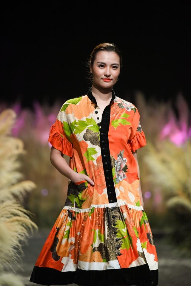 Một nước Nhật xinh đẹp, dịu dàng, lịch lãm đã được NTK Minh Hạnh minh họa trên trang phục. Lần này, NTK đầu tư khá mạnh cho BST bằng chất liệu Hakata Ori, Nhật Bản. NTK Minh Hạnh có quyết tâm khám phá những chất liệu dệt bằng tay ở các nước trên thế giới.