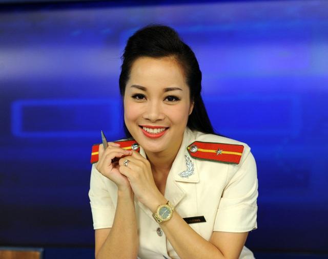 Minh Hương trong màu áo công an trên truyền hình. Ảnh: NVCC.