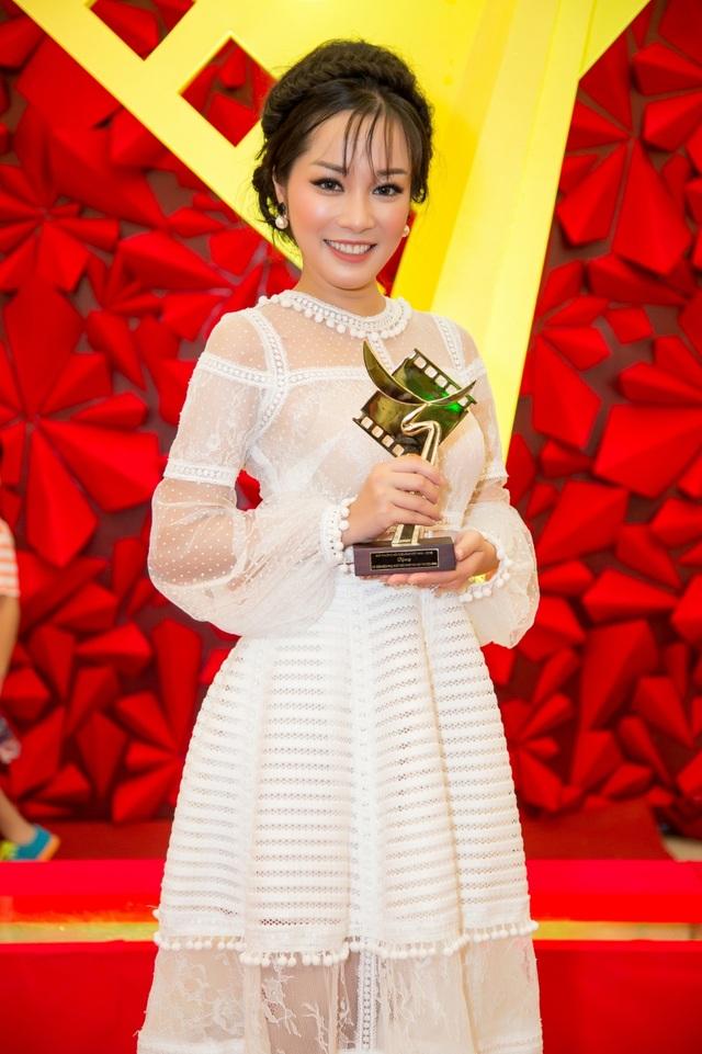Minh Hương hạnh phúc khi nhận được giải Cánh diều vàng sau 12 năm gắn bó với phim ảnh.
