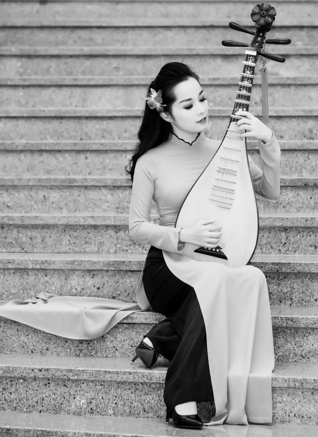 Ngoài phim ảnh và truyền hình, Minh Hương còn được biết đến với tư cách là nghệ sỹ đàn tỳ bà tài năng. Ảnh: NVCC.