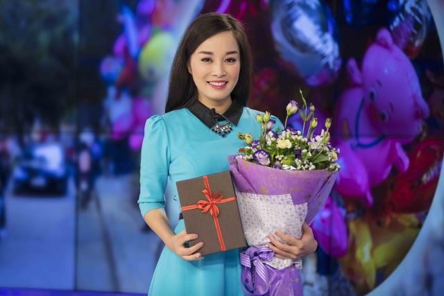 Minh Hương đến trường quay với bó hoa và hộp quà rất to trên tay.