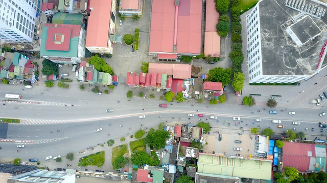 Đường Minh Khai nhiều năm gần đây cũng là điểm nóng ùn tắc giao thông, đặc biệt nghiêm trọng ở đoạn gần chân cầu Vĩnh Tuy do nút thắt cổ chai.
