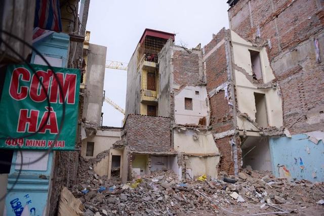 Hàng loạt ngôi nhà bên cạnh số nhà 409 Minh Khai đã được phá dỡ.