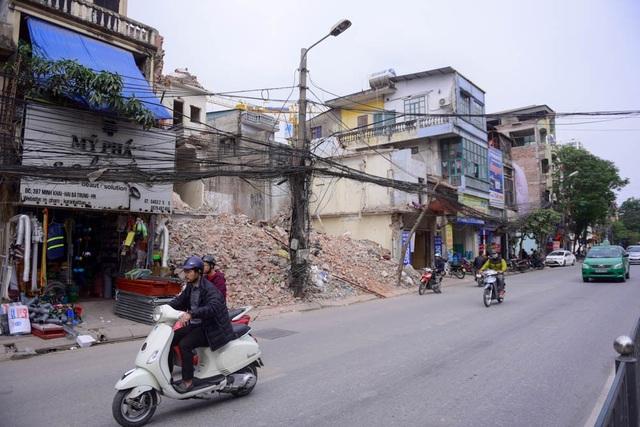 Dọc đường Minh Khai, một số hộ dân đã dỡ nhà để trả lại mặt bằng.  Đoạn đường từ chân cầu Vĩnh Tuy đến ngã tư Vọng có tổng mức đầu tư gần 5.000 tỷ đồng để làm đường mặt đất và đường trên cao.