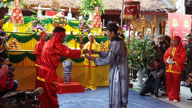 Rượu thiêng được dâng lên cho các bô lão trong làng uống thề không tham nhũng