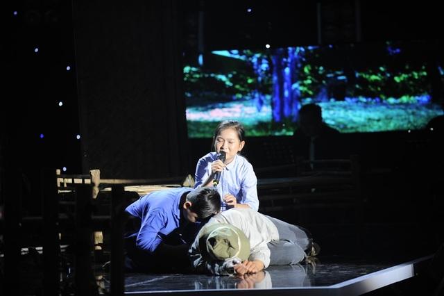 Màn biểu diễn kết hợp cả âm nhạc chất lượng và phần dàn dựng ấn tượng cảm động của đôi thí sinh nhí thành công lấy được nước mắt khán giả lẫn các huấn luyện viên với những tràn pháo tay không ngớt.