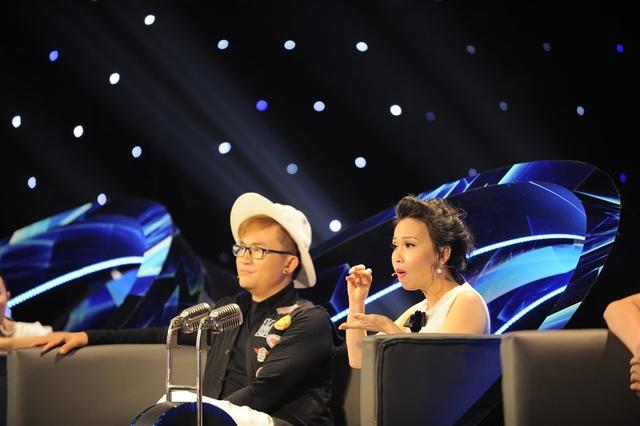 Bà xã nhạc sĩ Minh Vy nghiêm khắc nhận xét tỉ mỉ phần thi của học trò.