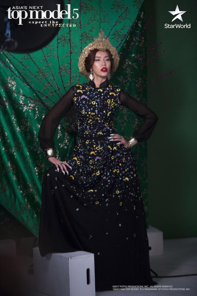"""Buổi chụp ảnh quan trọng nhất cuộc thi mang chủ đề """"Đất mẹ"""". Cô diện một bộ """"áo dài"""" cách tân khá hiện đại và mang hơi hướng thời trang cao cấp."""