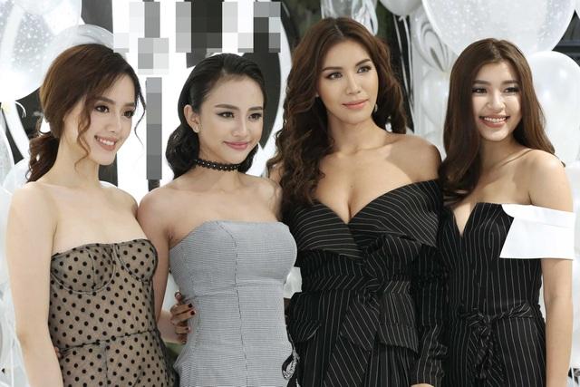 Team The Face của Minh Tú có dịp hội ngộ HLV của mình tại sự kiện lần này. Mỗi cô gái lại mang một vẻ đẹp riêng, không thể trộn lẫn.