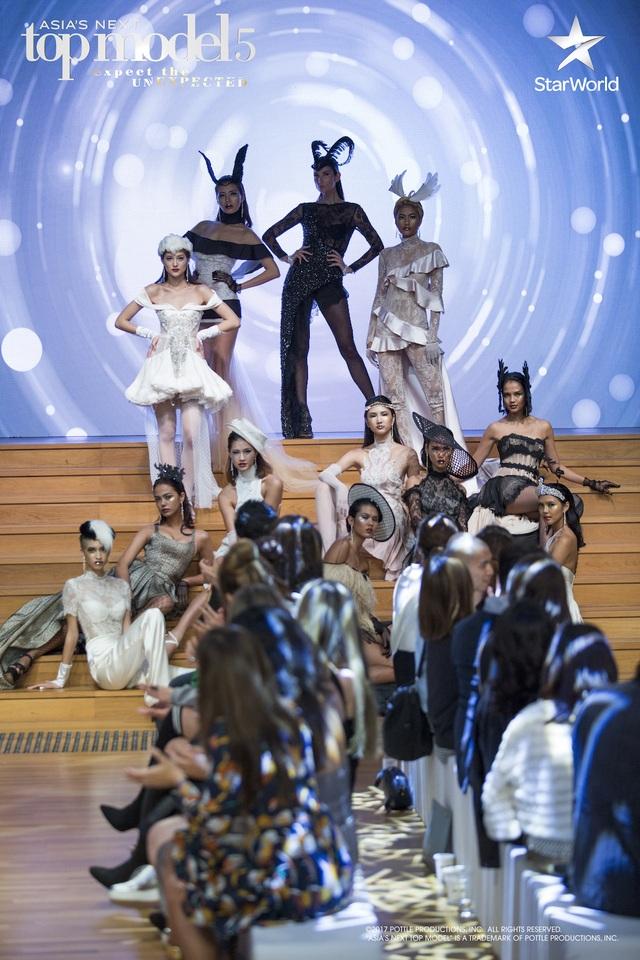 Đêm Chung kết - thử thách lớn nhất cuộc thi là buổi trình diễn catwalk tại Phòng trưng bày Quốc gia Singapore.