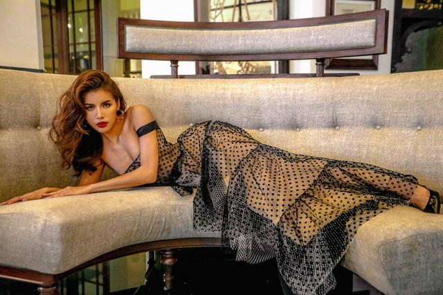 Sau đó, khi khoác lên người chiếc váy ren nhiều tầng, đầm midi cổ điển thì người đẹp đã trở thành quý cô sexy khi khoe trọn đôi gò bồng đảo đầy đặn...