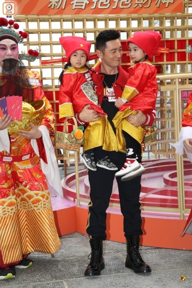 Nam diễn viên họ Huỳnh bế hai em bé và chia sẻ cảm giác hồi hộp vì sắp lên chức bố.