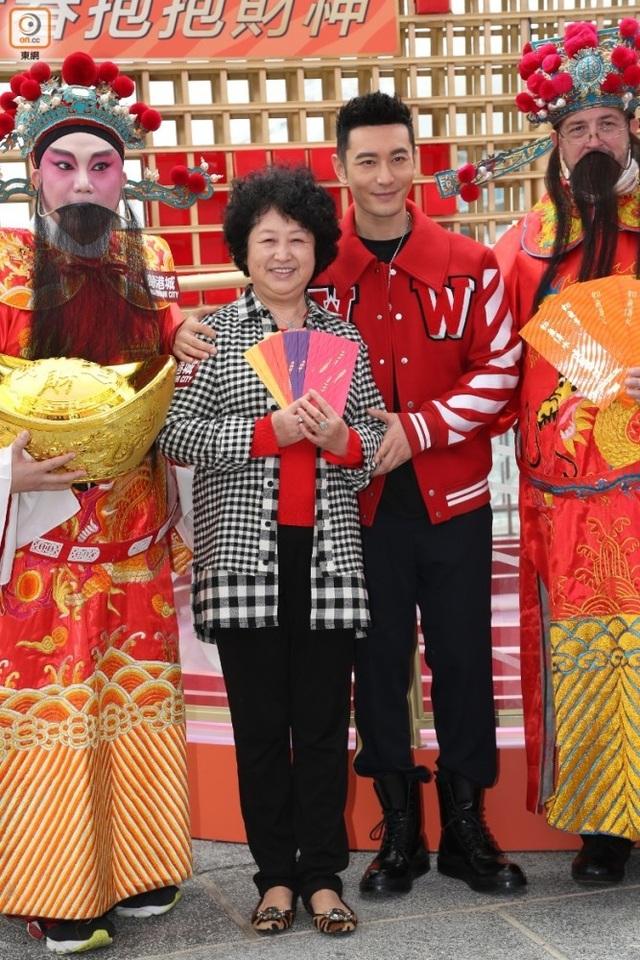 Ngày 16/1, Huỳnh Hiểu Minh tham dự một sự kiện cùng mẹ ruột ở Hồng Kông