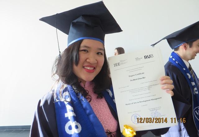 Minh Châu tại lễ tốt nghiệp cao học tại CHLB Đức. Châu là người Việt Nam duy nhất nhận học bổng toàn phần của chính phủ Đức (học bổng DAAD) cho khóa học thạc sĩ chuyên ngành Quản lý phát triển, niên khóa 2012-2014.