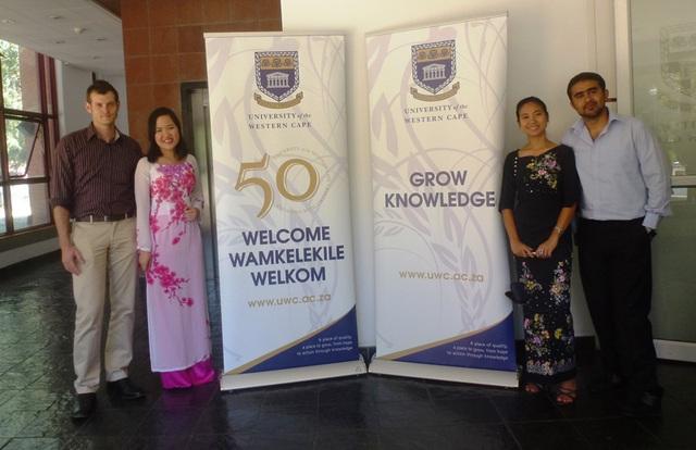 Minh Châu (thứ 2 từ trái sang) cùng các bạn học tại trường ĐH Western Cape (Cape Town, Nam Phi)