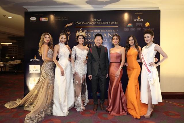 Top 5 Miss Grand International 2016 và Á hậu Huyền My - đại diện nước chủ nhà Việt Nam và ông Nawat Itsaragrisil chụp ảnh lưu niệm trong họp báo. Ảnh: H.N