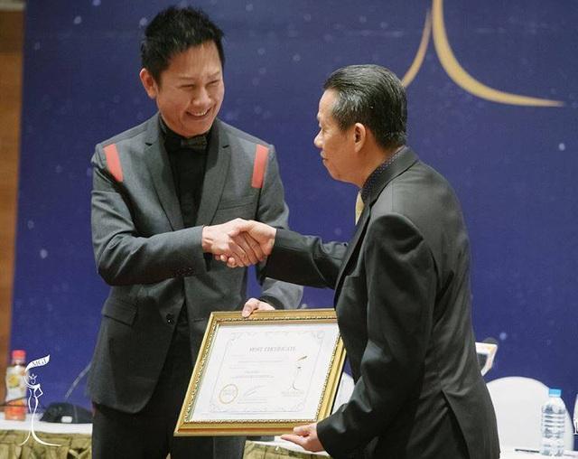 Tại sự kiện này, ông Nawat Itsaragrisil đã trao quyền đăng cai tổ chức Miss Grand International 2017 cho ông Trần Minh Tiến, Chủ tịch kiêm TGĐ công ty Lasta Multimedia. Ảnh: BTC.