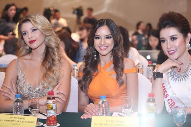 Á hậu 3 và Á hậu 4 của Miss Grand International 2016 cùng Á hậu Huyền My. Ảnh: H.N.