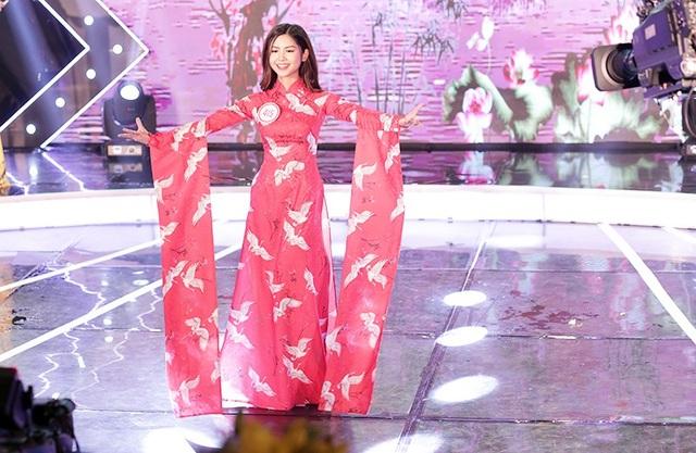 """""""Hotgirl chân khoèo"""" Trần Thanh Thư khoe vẻ đẹp nền nã trong trang phục áo dài. Cô giành giải Ngôi sao thân thiện nhất."""