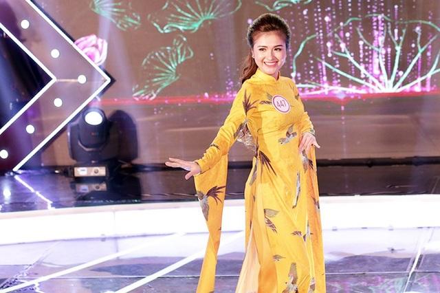 Ngôi sao phong cách Đỗ Thị Huệ nở nụ cười tươi tắn khi trình diễn trang phục truyền thống
