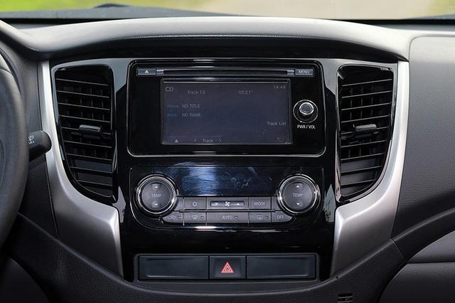 Mitsubishi trang bị cho Triton MIVEC điều hoà tự động 2 vùng nhiệt độ; chìa khoá thông minh và khởi động bằng nút bấm (KOS/OSS); cảm biến đèn pha và gạt mưa tự động