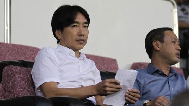 Vị HLV người Nhật Bản dự khán trận CLB TPHCM - Than Quảng Ninh ở vòng 25 V-League (ảnh: Trọng Vũ)