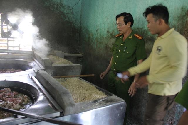 Lực lượng chức năng kiểm tra một cơ sở sản xuất mỡ bẩn