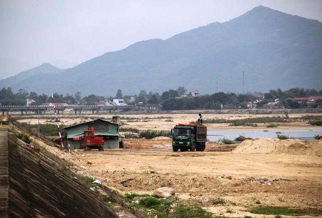 Đường vận chuyển cát, bãi trữ cát, khu lều tạm của Công ty Hiếu Ngọc đang sử dụng nằm ngoài khu vực dự án được cấp phép và nằm trong phạm vi bảo vệ an toàn đê kè đến nay vẫn chưa được tháo dỡ.