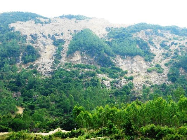 Núi Hòn Chà bị khai thác tan hoang ảnh hưởng đến ruộng đồng của bà con nhân dân