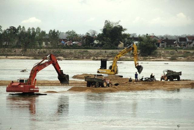 Người dân phản ứng gay gắt việc khai thác cát rầm rộ của Công ty Hiếu Ngọc ảnh hưởng đến đời sống của người dân.