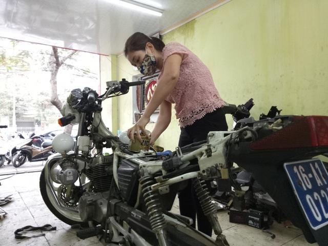 Chị Ngàn cho biết chị vẫn thường xuyên sửa xe phân khối lớn cho Công an Hải Phòng, và việc chạy thử xe trước khi giao cho khách là việc chị vẫn thường xuyên làm.