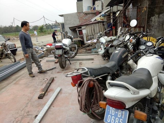Tiệm sửa xe nơi chị Ngàn làm việc có khá nhiều xe biển xanh đang được sửa chữa.