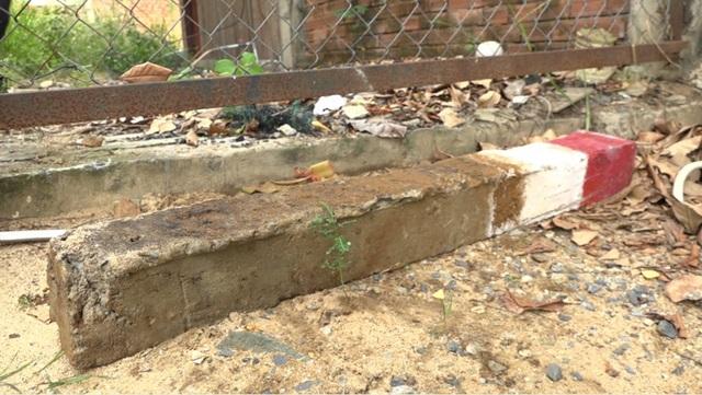 Người dân khu dân cư Sông Giồng vui mừng sau khi được tháo dỡ cột mốc ăn vào giữa nhà.