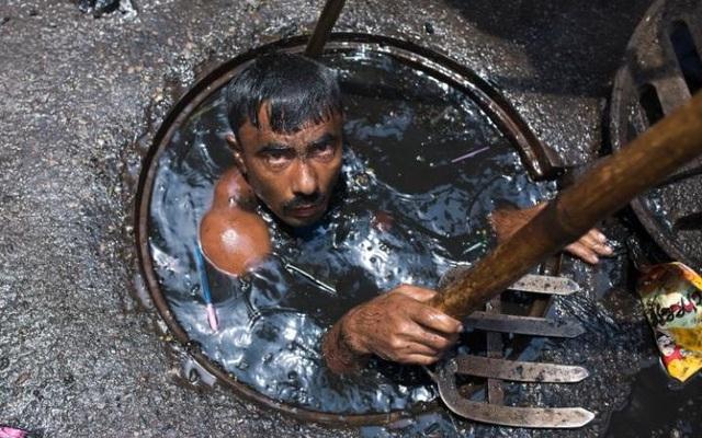 Những hình ảnh kinh khủng của nghề móc cống ở Bangladesh - 1