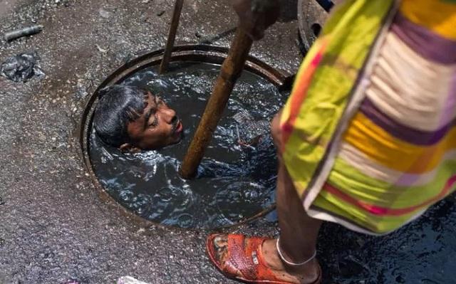 Những hình ảnh kinh khủng của nghề móc cống ở Bangladesh - 2
