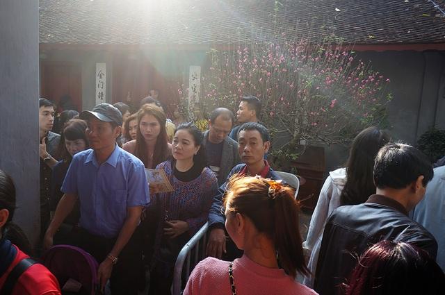 Mướt mồ hôi chen chân lễ đền Ngọc Sơn đầu năm mới - Ảnh 4.