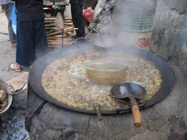 Hình ảnh những chảo thắng cố nghi ngút bên bếp lửa trong sớm lạnh vùng cao đã trở nên quen thuộc với các du khách.