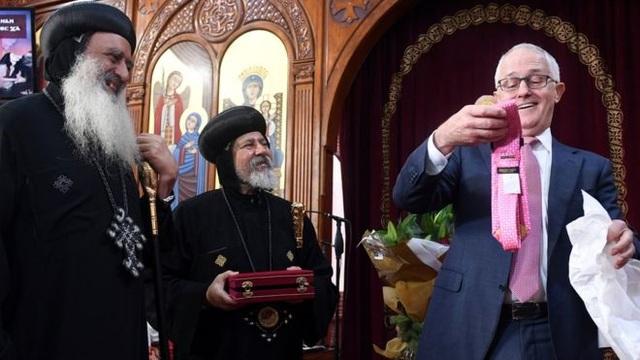 Thủ tướng Australia nhận được món quà từ Tổng thống Mỹ Donald Trump khi thăm nhà thờ ở Sydney. (Ảnh: Reuters)