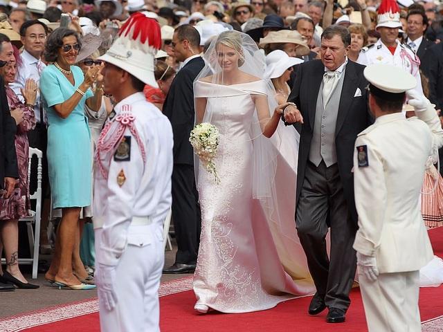 Công nương Charlene đã chọn váy cưới sang trọng của hãng Armani trong hôn lễ với Hoàng tử Albert II của Monaco năm 2011. (Ảnh: Getty)