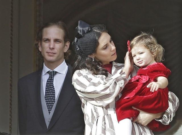 Hoàng tử Monaco Andrea Casiraghi chụp ảnh cùng vợ Tatiana Santo Domingo, một nhà thiết kế, và con gái India ở Monaco năm 2016.